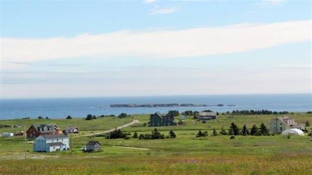 Le magnifique paysage de pointe St-Pierre et la maison LeGros (au centre) entre Gaspé et Percé