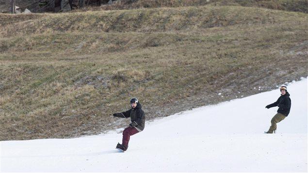 Des planchistes au mont Rigaud fin décembre 2015