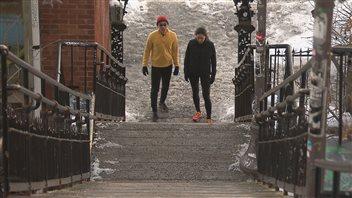Père et fille au pied de l'escalier du Cap-Blanc.