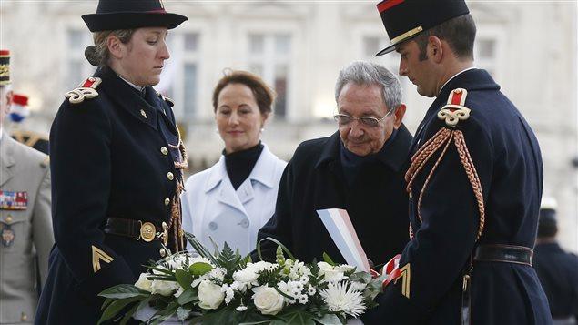 Le président cubain Raul Castro, en visite officielle à Paris, dépose une couronne de fleurs sur le tombeau du Soldat inconnu.