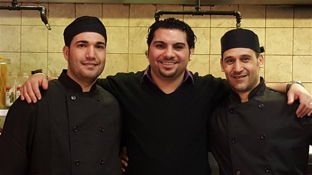 Ehab Radwan propriétaire du Taste Of Egypt, au centre, en compagnie de ses deux nouveaux chefs.