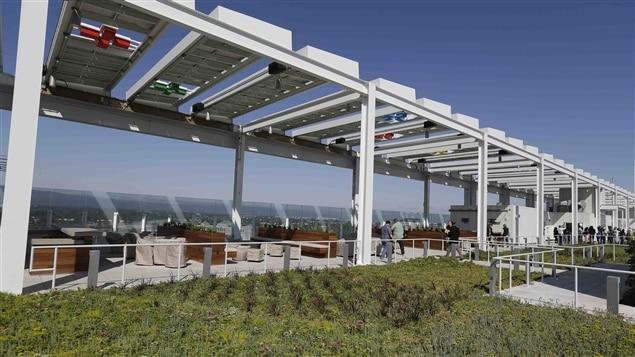Les panneaux solaires et le toit gazonné du stade Levi's.