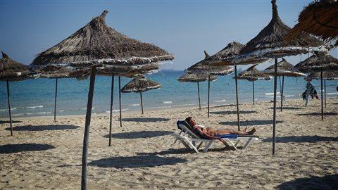 Seuls quelques touristes s'aventurent sur les plages de Tunisie infligeant de lourdes pertes à l'industrie du tourisme du pays.