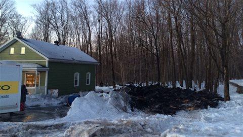 Le garage a été complètement détruit par les flammes.