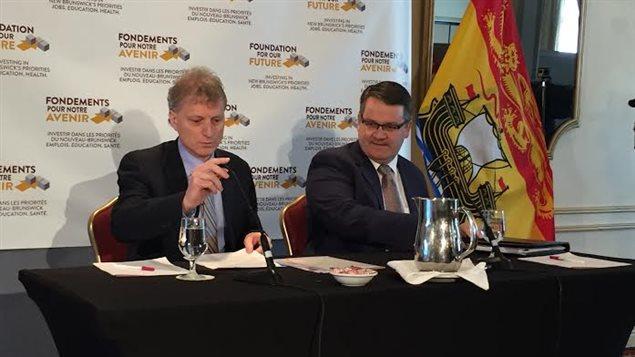 À gauche, le ministre des Finances du N.-B., Roger Melanson et à droite, le ministre responsable de la révision des programmes, Victor Boudreau