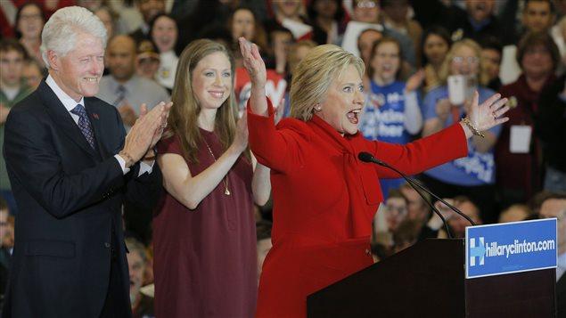 Hillary Clinton, en compagnie de son mari, Bill Clinton, et de leur fille, Chelsea, devant ses partisans en Iowa.