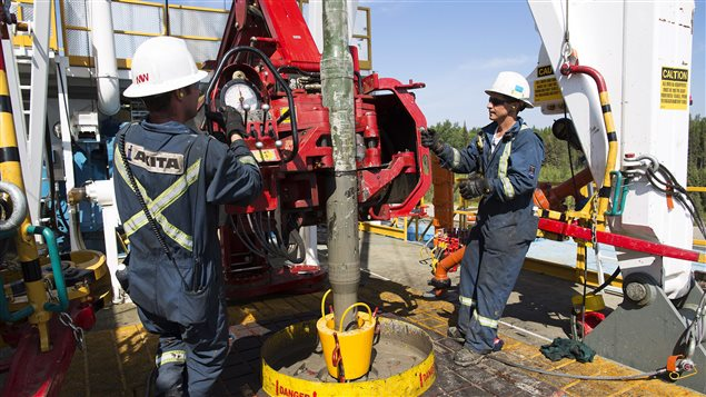Des travailleurs de l'industrie pétrolière sur une exploitation de Cenovus, en Alberta