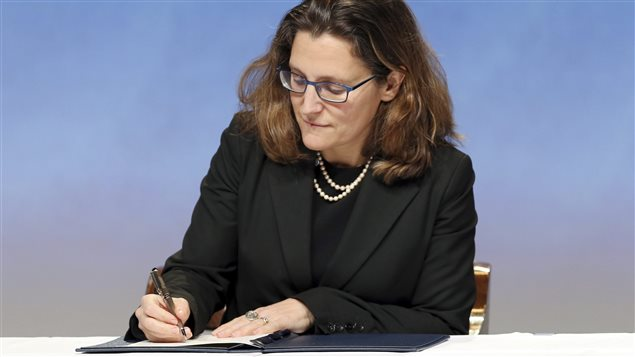 La ministre du Commerce international du Canada, Chrystia Freeland, appose sa signature sur l'accord de Partenariat transpacifique, à Auckland, en Nouvelle-Zélande, le 4 février.