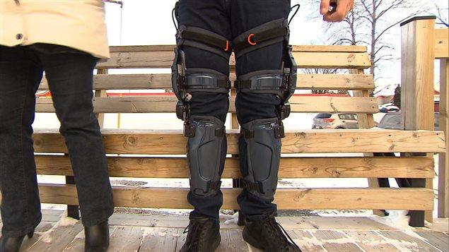Les jambes de Raymond Levasseur et  l'exosquelette Keeogo.