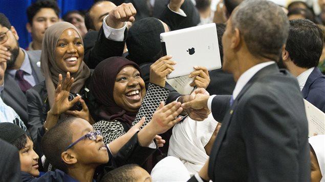 Barack Obama rencontre des citoyens à l'occasion de sa visite d'une mosquée de Baltimore, le 3 février.