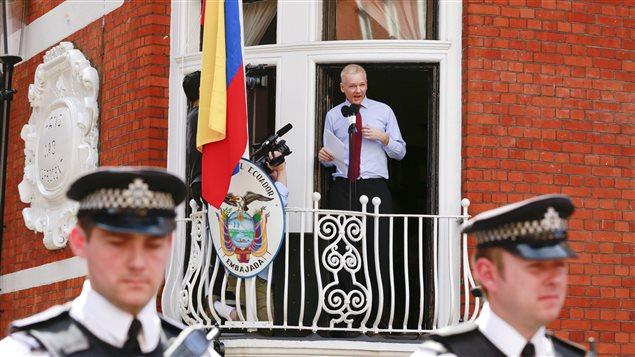 Julian Assange, au balcon de l'ambassade de l'Équateur à Londres, en 2012.