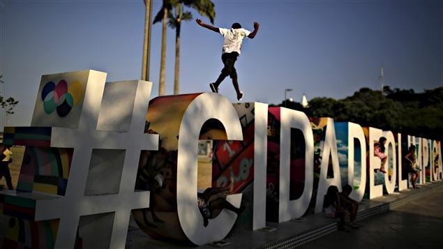 « Ville olympique », peut-on lire sur ces lettres géantes dans le port de Rio