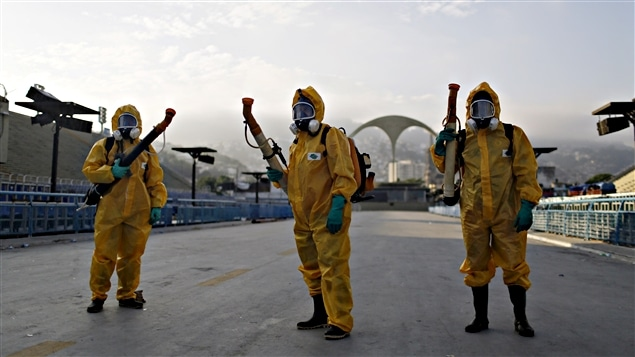 Des employés municipaux répandent des insecticides près du Sambodrome, le 26 janvier, avant le Carnaval de Rio, pour contenir la propagation du virus Zika.