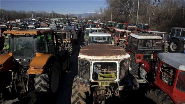 Des tracteurs bloquaient déjà la route à la hauteur d'un poste-frontière avec la Bulgarie mardi.