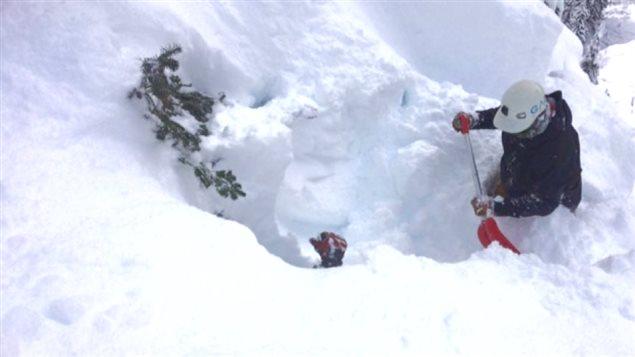 Un secouriste enfoui dans la neige.