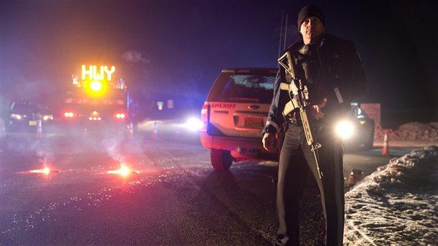 Un policier se tient devant un barrage routier, lors de l'opération policière contre la milice armée près de Burns, en Oregon.