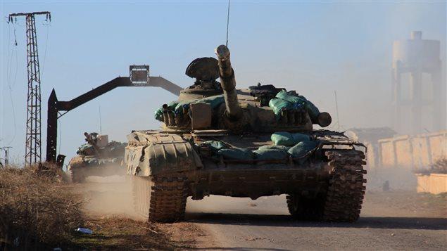 Un char des forces gouvernementales avancent vers des municipalités chiites, assiégéses depuis 2012 par les rebelles, au nord d'Alep.
