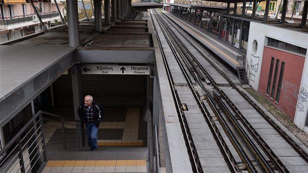 Les stations de métro d'Athènes sont désertes en raison de la grève générale.