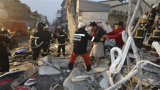 Les premiers répondants évacuent des survivants de l'effondrement d'un immeuble. Un séisme de magnitude 6,4 a frappé le sud de Taïwan.
