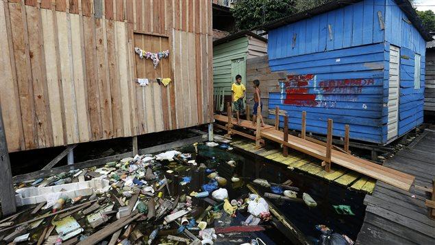 De jeunes résidents de la favela Aparecida, près de la ville de Manaus, au Brésil