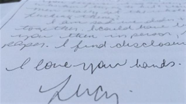 «J'aime tes mains» écrit Lucy DeCoutere dans une lettre à Jian Ghomeshi quelques jours après l'agression présumée.