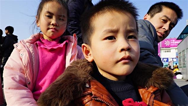 Deux enfants vont rencontrer leurs grands-parents pour la première fois à l'occasion du nouvel an chinois.
