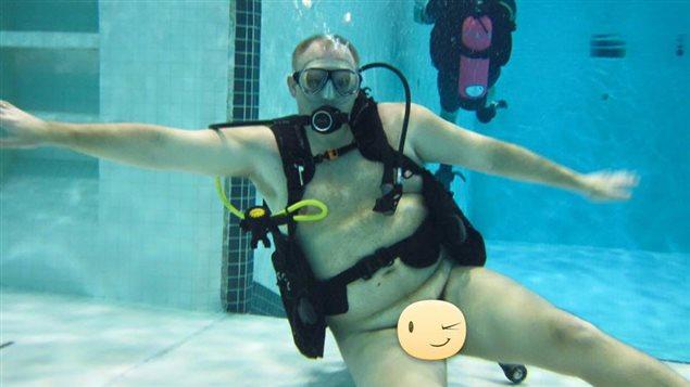 Un homme fait de la plongée en scaphandre autonome nu à Edmonton