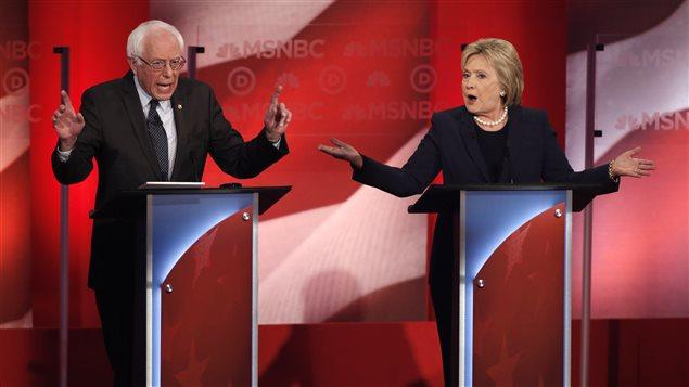Bernie Sanders et Hillary Clinton débattent à l'Université du New Hampshire, le 4 février 2016.