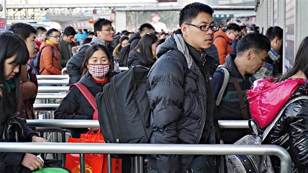 Des voyageurs à la gare de Ghangzhou à l'occasion du nouvel an chinois