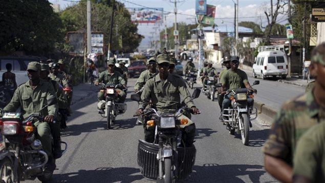 Des hommes vêtus en habit militaire ont circulé dans les rues de Port-au-Prince, en Haïti.