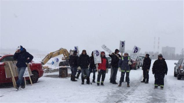 Des employés de Ciment Lafarge en grève, le samedi 6 février 2015
