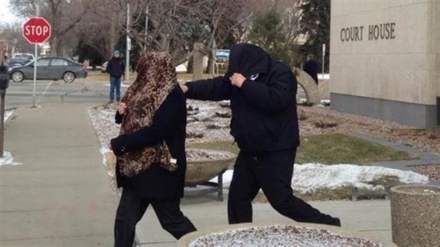 Tammy et Kevin Goforth quittent le palais de justice à Regina