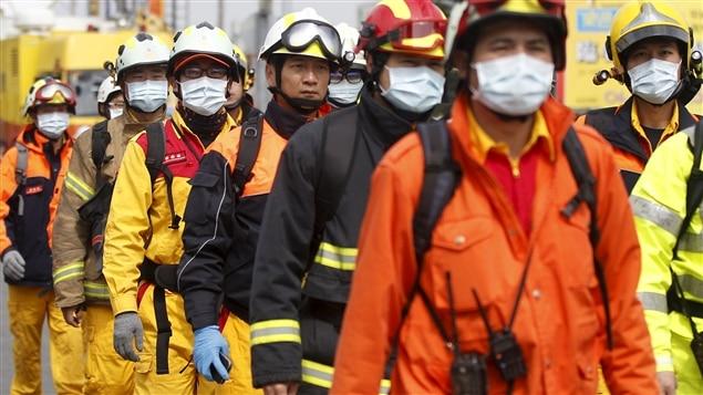Plus de 1200 pompiers fouillent les décombres.