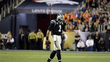 Cam Newton a la mine déconfite après avoir été victime d'une interception.