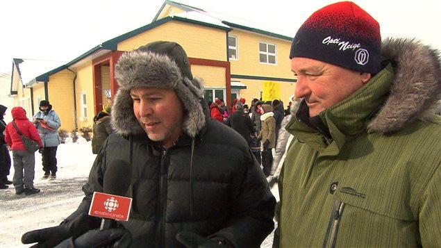 Pascal Bérubé, député de Matane-Matapédia et le maire de Matane, Jérôme Landry, à la manifestation des CPE contre les compressions du gouvernement Couillard.