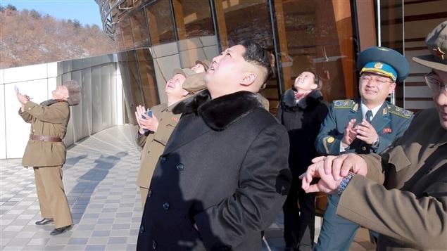 Kim Jong-un regarde la fusée s'envoler.