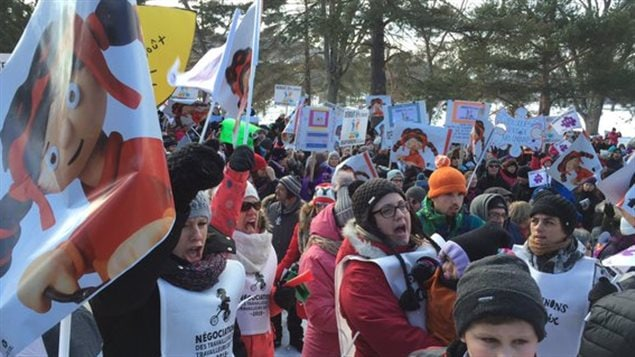 Des centaines de personnes manifestent à Sherbrooke contre les compressions dans les CPE
