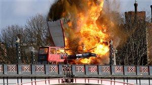 Tournage d'une explosion spectaculaire  sur le Lambeth Bridge, à Londres