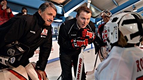 Chico Resch et Martin Brodeur à un stage de patinage lundi à Jersey City