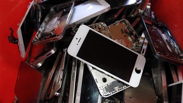 Quelques pièces de téléphones intelligents en attente de réutilisation