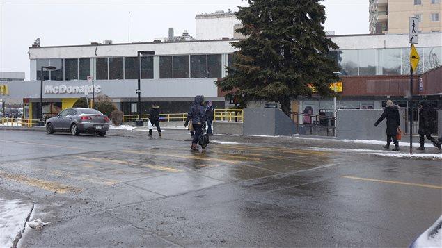 Un trottoir traversant sur la rue du Havre à Montréal, proche du métro Frontenac.
