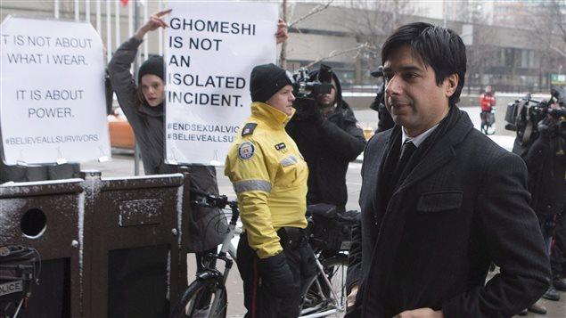 Jian Ghomeshi est accueilli par des manifestants à son arrivée en cour, le 9 février.