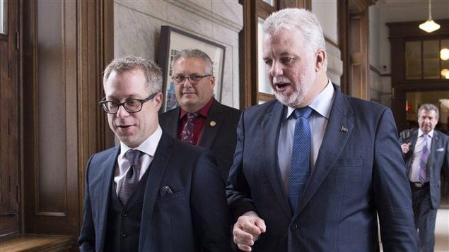 Le premier ministre Philippe Couillard, en compagnie de son directeur des communications, Charles Robert.