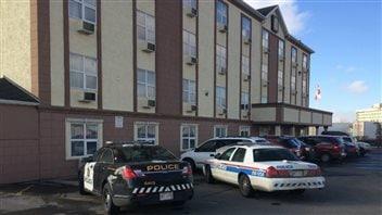 Les policiers au motel Super 8 à Calagry le jour de la mort de Anthony Heffernan