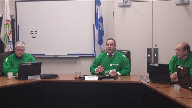 Au centre, Martin Ferron, maire de Malartic, durant la séance du conseil municipal