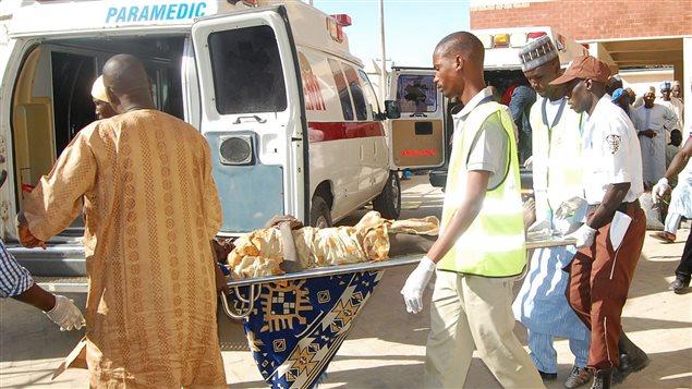 Une victime de l'attentat au Nigéria transportée à l'hôpital.