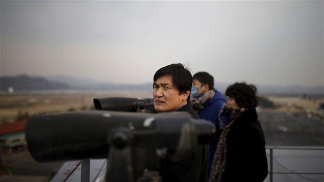 Des Sud-coréens dans un observatoire situé dans une zone démilitarisée entre les deux Corées regardent vers le Nord, le 8 février.
