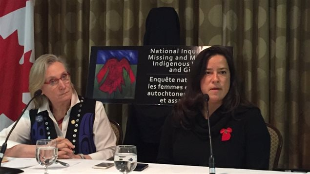 Les ministres Carolyn Bennett et Jody Wilson-Raybould lors d'un point de presse sur l'enquête nationale sur les femmes autochtones disparues ou assassinées à Saskatoon.