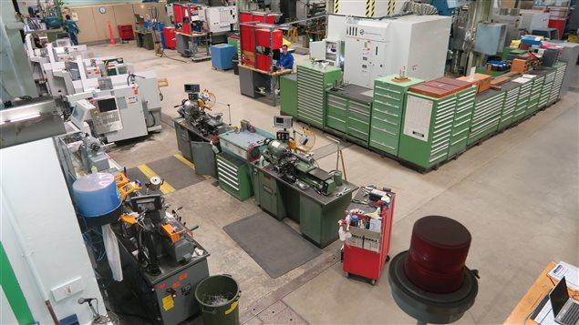 L'atelier de conception et de fabrication du CNRC à Ottawa est équipé de machines numériques, qui améliorent l'efficacité de la production des pièces et des prototypes.