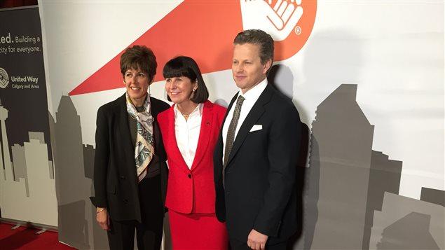 Lucy Miller, présidente et chef de direction de Centraide Calgary (au centre), entourée des co-présidents Deborah Yeldin (à gauche) et Mick Dilger (à droite).